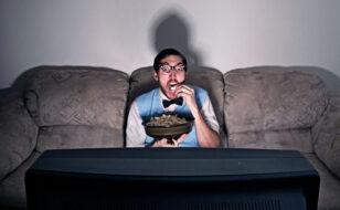 Binge watching: la moda delle grandi abbuffate in streaming. Cos'è?